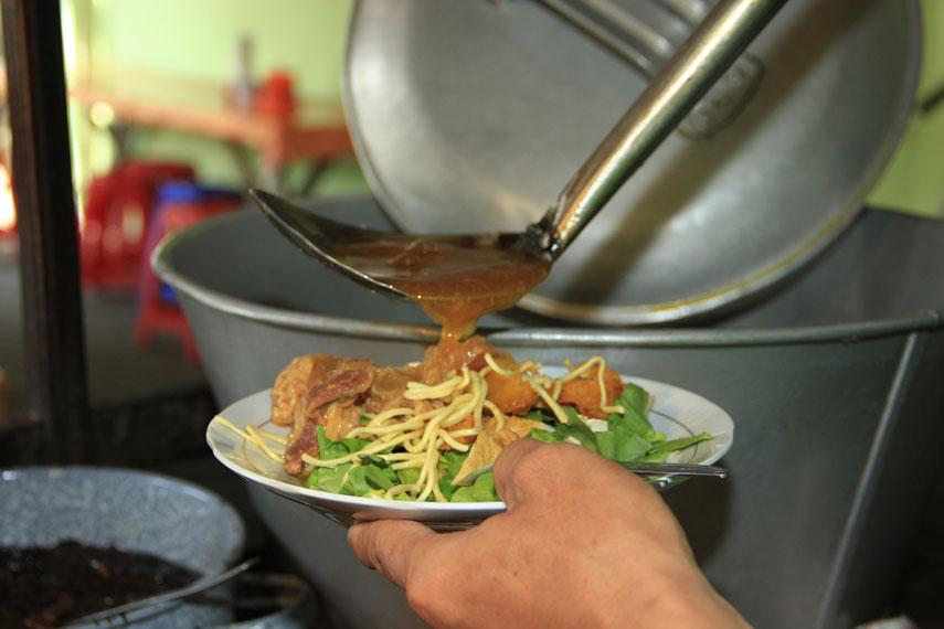 Siraman kuah yang terbuat dari aneka bumbu-bumbu yang sudah dicampur petis bumbu khas Surabaya