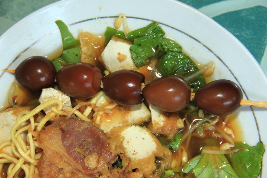 Tahu campur sendiri berasal dari Lamongan namun di tempat asalnya kuliner ini jarang sekali ditemukan