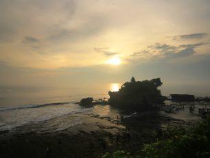 Tanah Lot, Pesona Senja di Pura Penaung Samudera