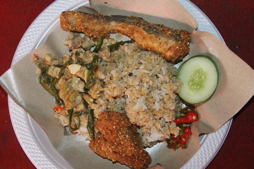 Nasi tiwul disajikan dengan beberapa lauk khas seperti ikan kelong goreng dan sayur tempe tahu