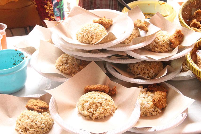 Satu porsi nasi tiwul lengkap dengan lauk pauknya dijual dengan harga Rp20.000