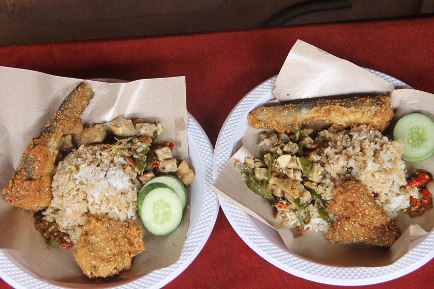 Untuk sedikit menambah selera makan, sambal dan potongan ketimun menjadi pelengkap yang pas untuk nasi tiwul
