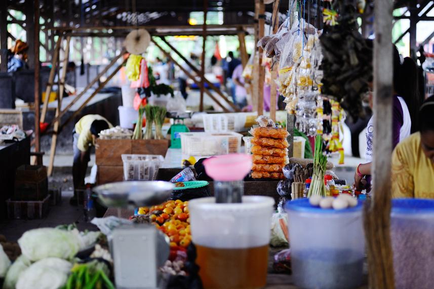 Terdapat sebuah pasar tradisional di kota Waisai