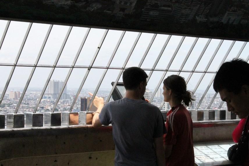 Wisatawan asing yang mengunjungi Monumen Nasional