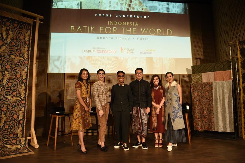Perwakilan Bank Mandiri; Oscar Lawalata, Edward Hutabarat, Denny Wirawan, Eliana Putri; Renitasari Adrian
