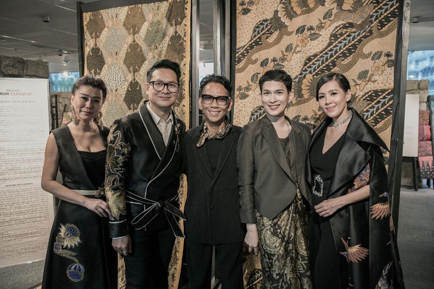 Eliana Putri (perancang aksesoris), Denny Wirawan, Edward Hutabarat dan Oscar Lawalata (perancang busana), dan Renitasari Adrian (Program Director Bakti Budaya Djarum Foundation)