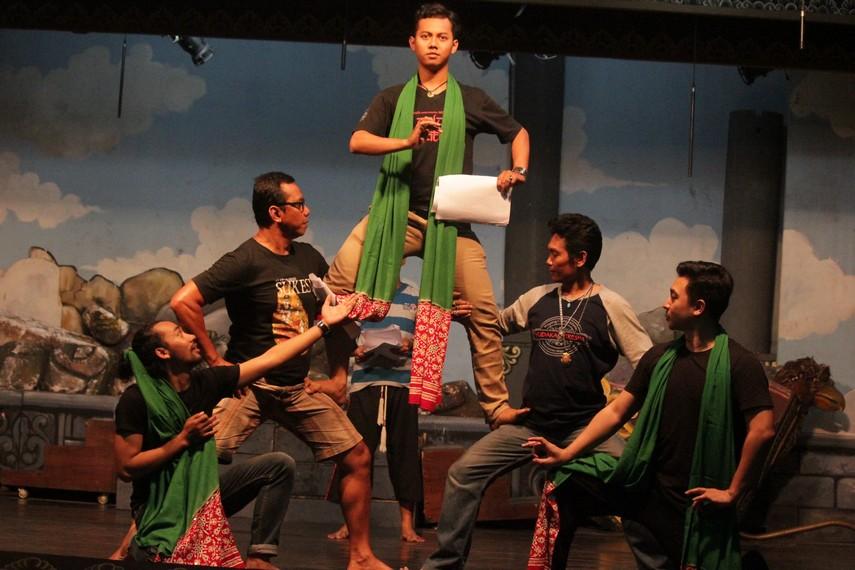 Tim Wayang Jurnalis sedang berlatih bersama kelompok Wayang Orang Bharata