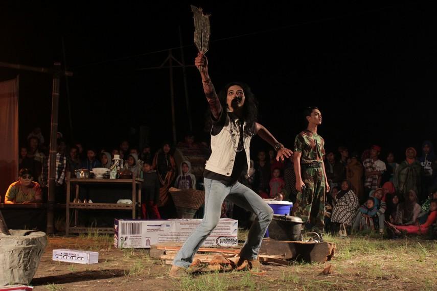 Adegan preman dan tentara, disaksikan penotonton dari berbagai sudut panggung