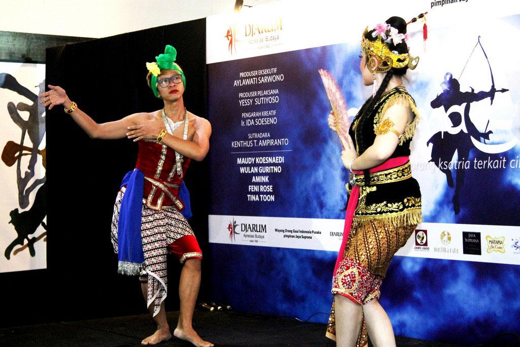 Aming dan Tina Toon menampilkan cuplikan adegan dalam konferensi pers Arjuna Galau