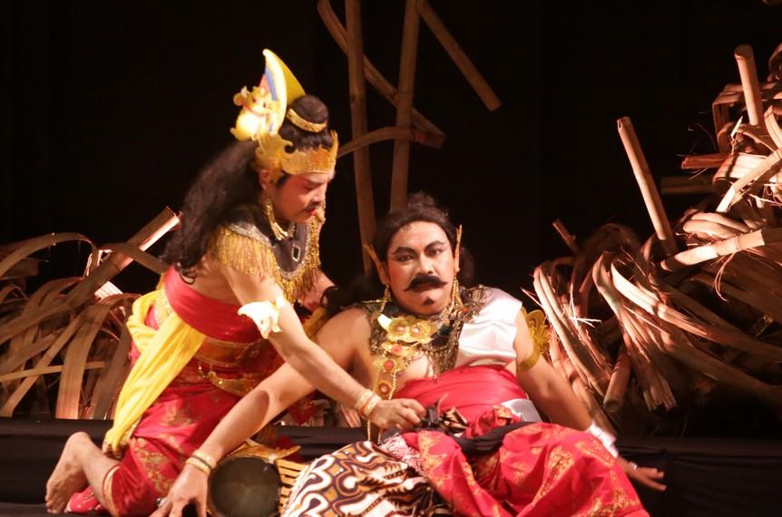 Aswatama putra Resi Dorna  mendapati Duryudana kalah perang