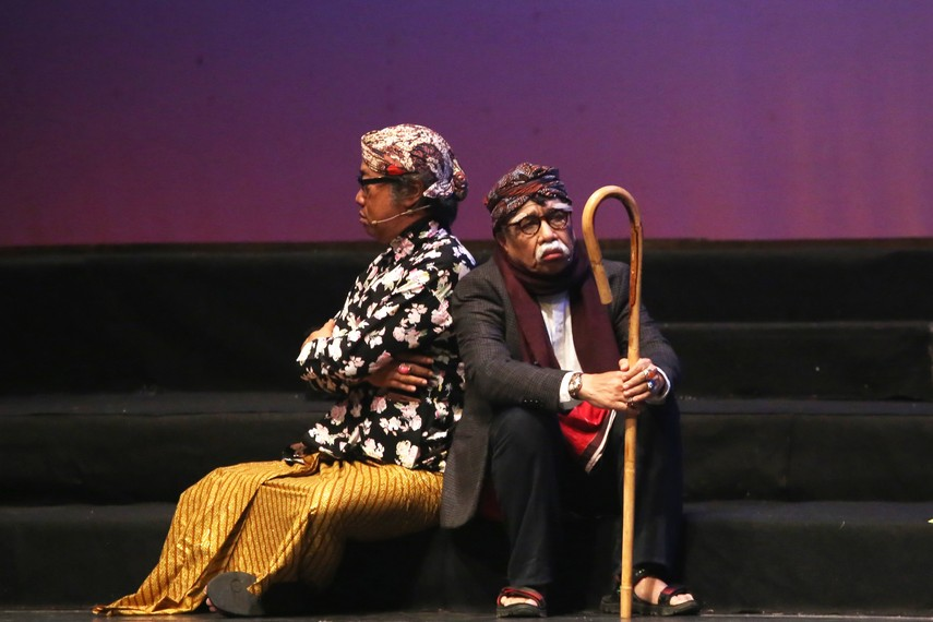 Butet Kartaredjasa dan Miing, pemain teater senior turut berperan dalam pertunjukan Sinden Republik