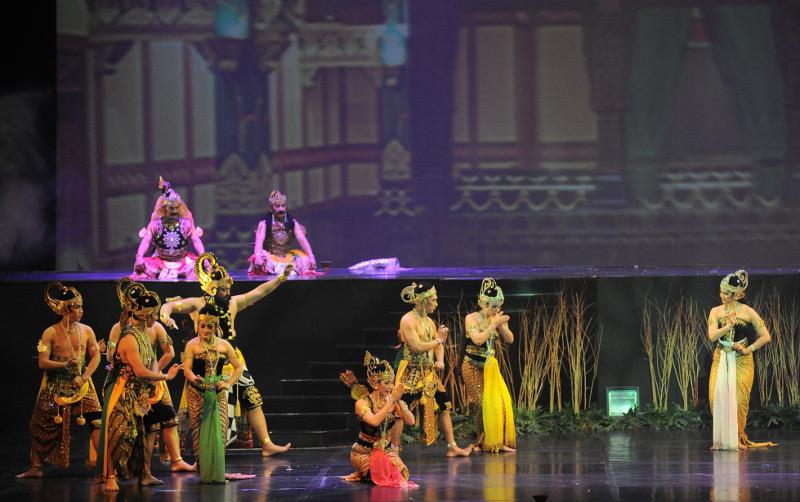 Dewi Kunti memberikan restu kepada Larasati yang akan mengikuti sayembara