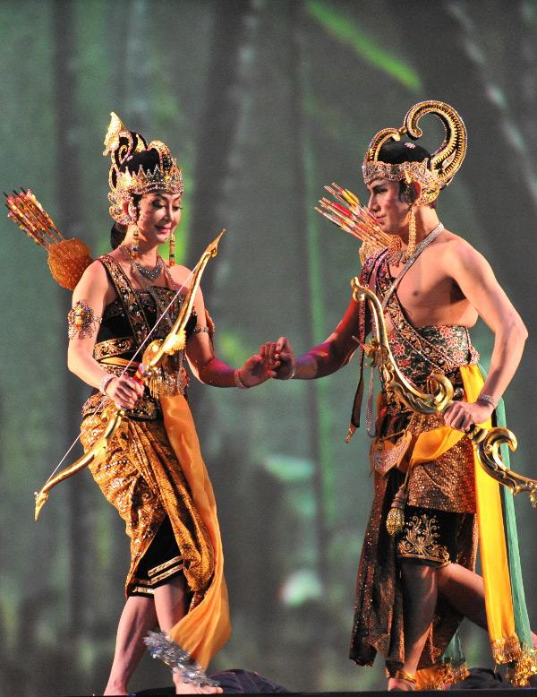 Dewi Larasati (Aylawati Sarwono) dan Raden Arjuna (Ali Marsudi)