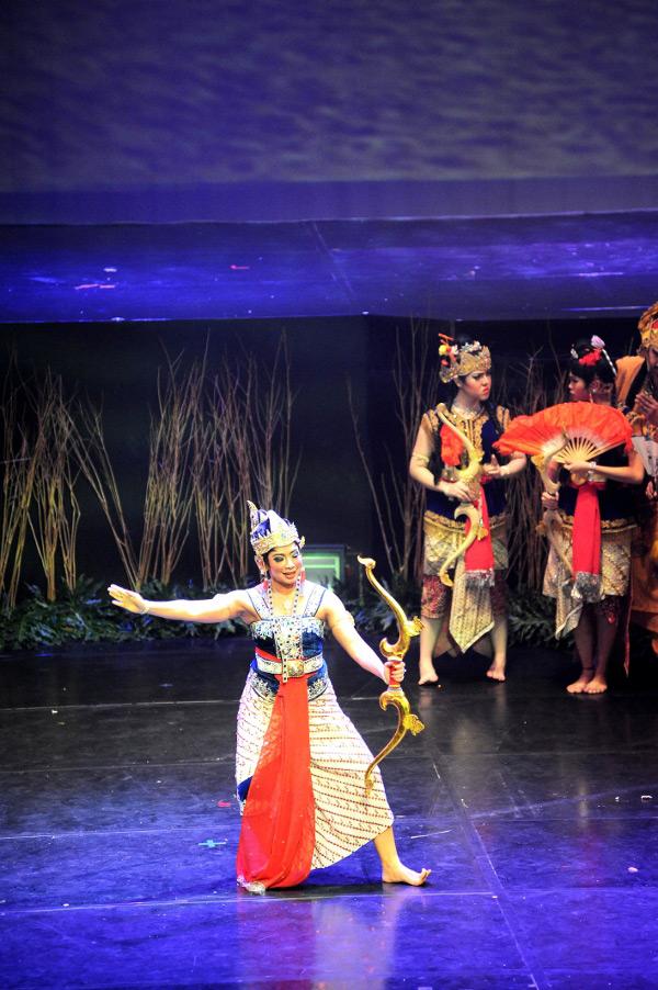 Dursilawati (Feni Rose) menantang Srikandi