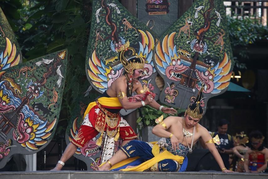 Pertunjukan Wayang Jurnalis berjudul Wahyu Cakraningrat dipentaskan di Festival Gunungan Bandung
