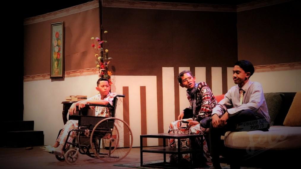 Teater Jangkar Bumi pentaskan  pertunjukan berjudul Dukun-Dukunan