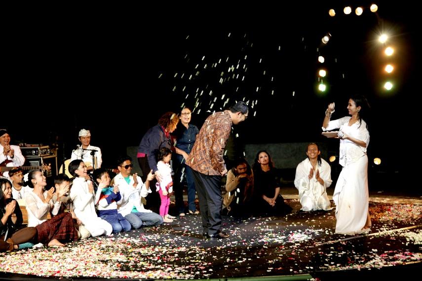 Walikota Bandung, Ridwan Kamil hadir menyaksikan pertunjukan Ayu Laksmi