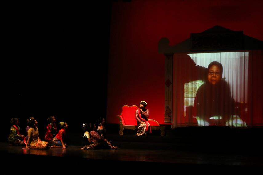 Maestro sinden  Waljinah dalam pertunjukan Sinden Republik