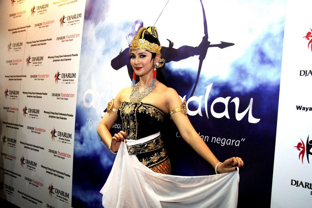 Maudy Koesnaedi berperan sebagai Dewi Kunti