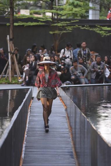 Pagelaran Busana Lurik Indonesia oleh Edward Hutabarat