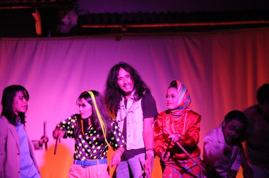 Para pemusik menyanyi dan menari bersama untuk mebuka pertunjukan
