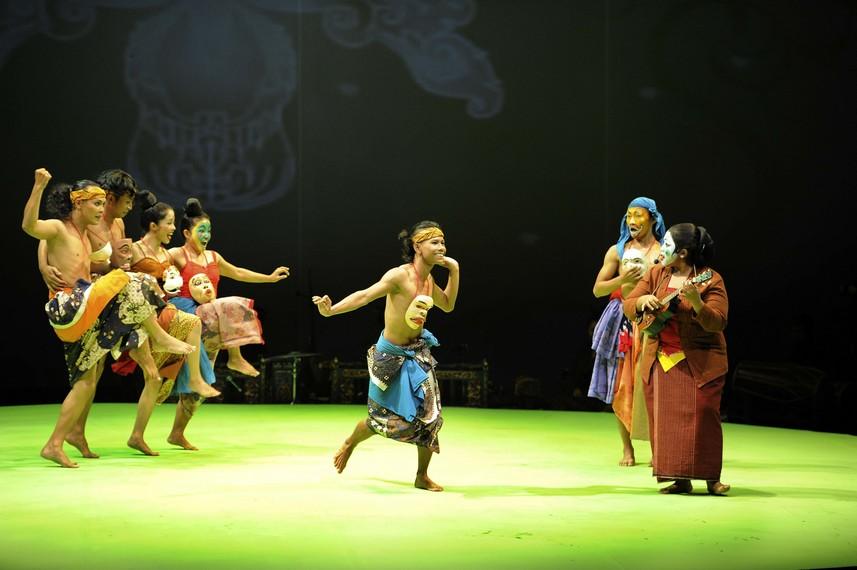 Para penari beradu akting dengan Endah Laras