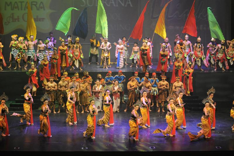 Para penari memberikan salam kepada penonton seusai pertunjukan