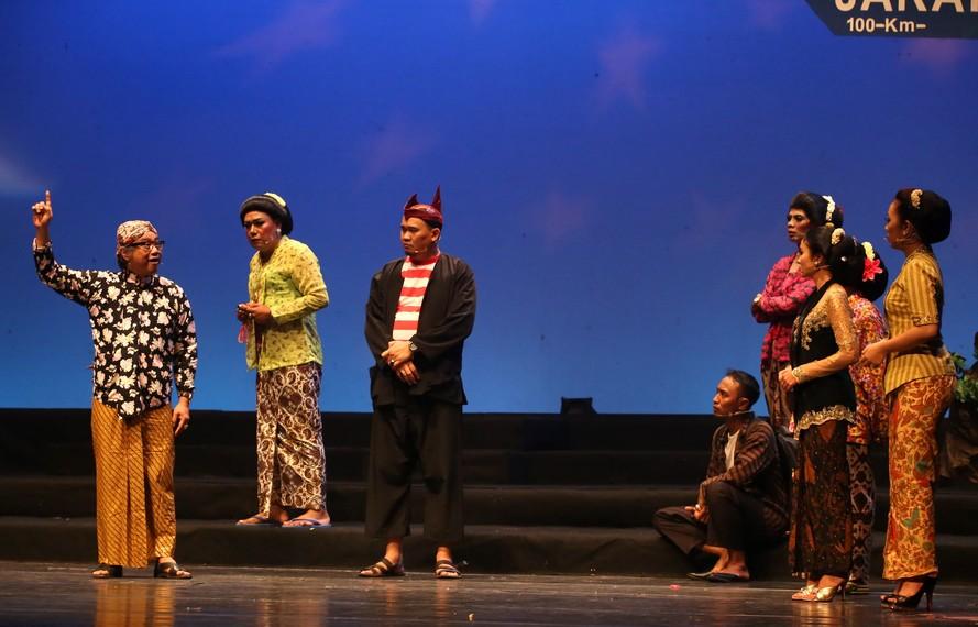 Para sinden dan komedian senior bertemu di atas panggung