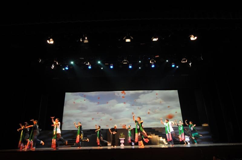 Para pemain berlatih keras di Teater Jakarta