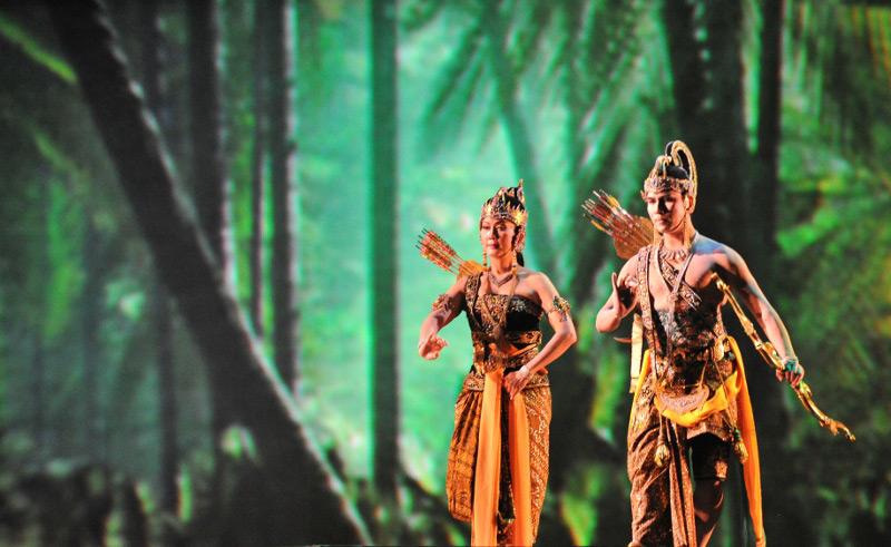 Raden Arjuna dan Dewi Larasati menuju sayembara perebutan Dewi Srikandi