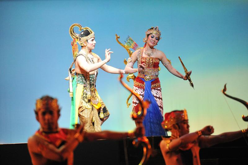 Raden Arjuna melatih Dewi Srikandi menggunakan panah