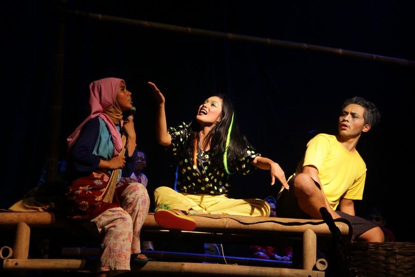 Rahayu menceritakan kehidupan di Jakarta yang serba mewah