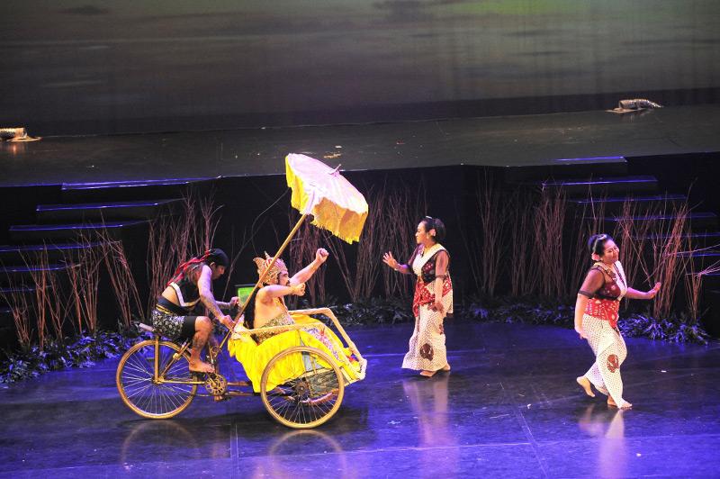 Raja kerajaan Tirto Leksono datang dengan armada Becak