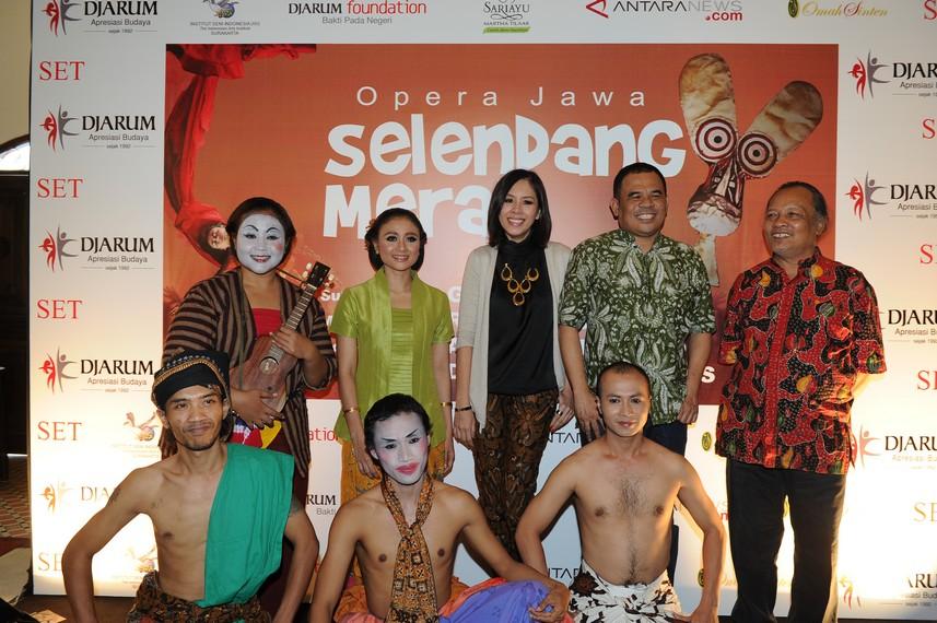 Renitasari, Program Director Bakti Budaya Djarum Foundation berfoto bersama para pendukung pertunjukan