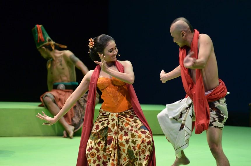 Sri Ledhek yang menari bersama Hanoman