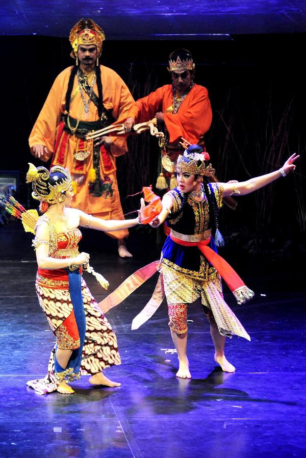 Srikandi berperang melawan Dewi Tina Toon