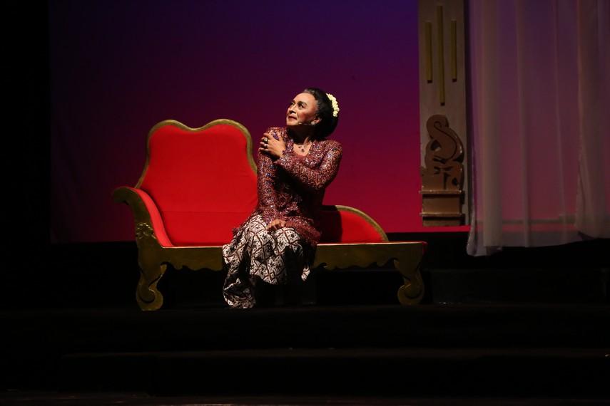Sujiwo Tejo berperan sebagai Sinden Sepuh dalam pertunjukan Sinden Republik