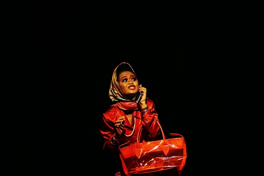 Tante Ajeng diperankan oleh Nian Naluri