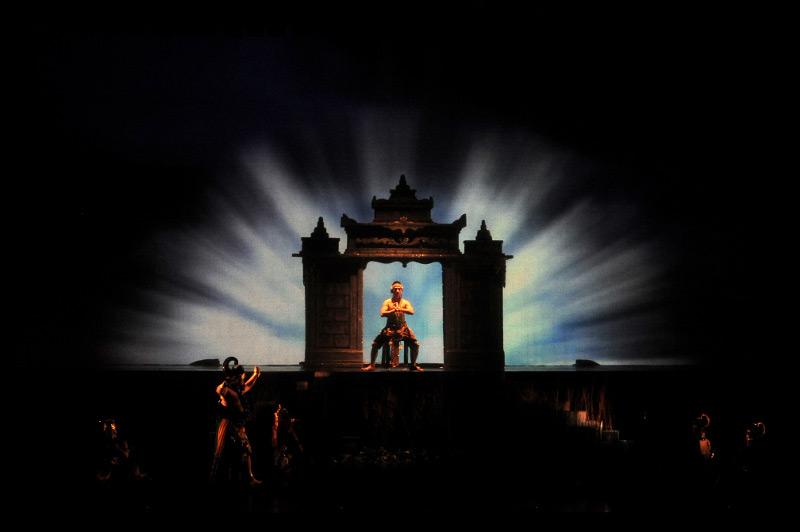 Tata lampu memikat dalam pertunjukan Arjuna Galau