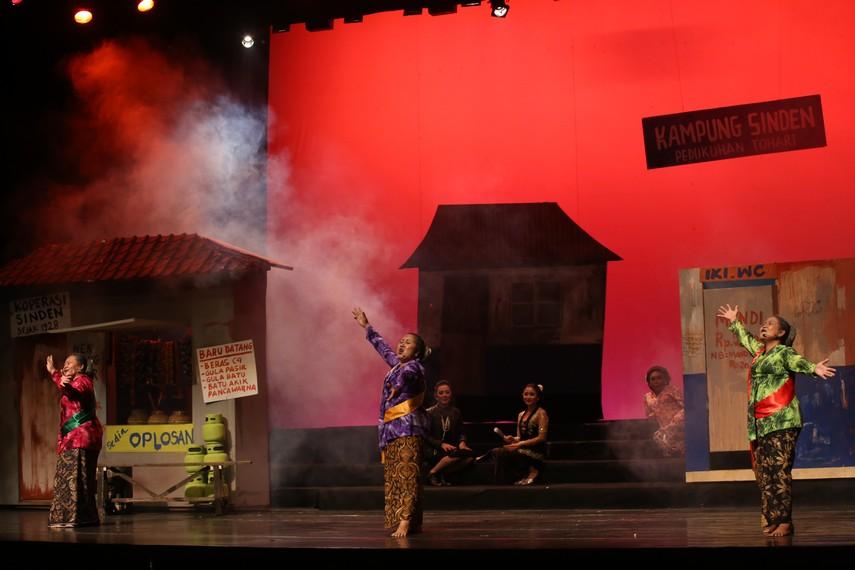Teater Sahita tampil menyanyi dan menari