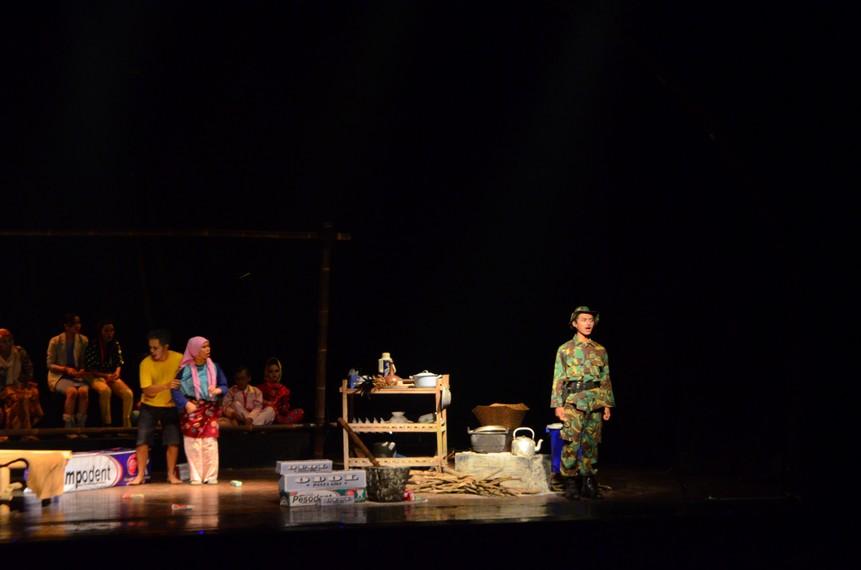 Tentara datang ke rumah Lepot dan Jumanis untuk membeli gethuk