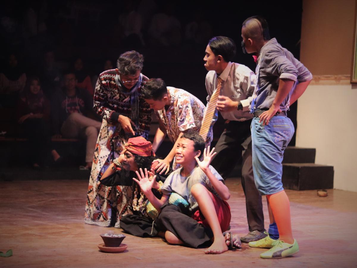 teater-jangkar-bumi-pentaskan-pertunjukan-berjudul-dukun-dukunan.jpg